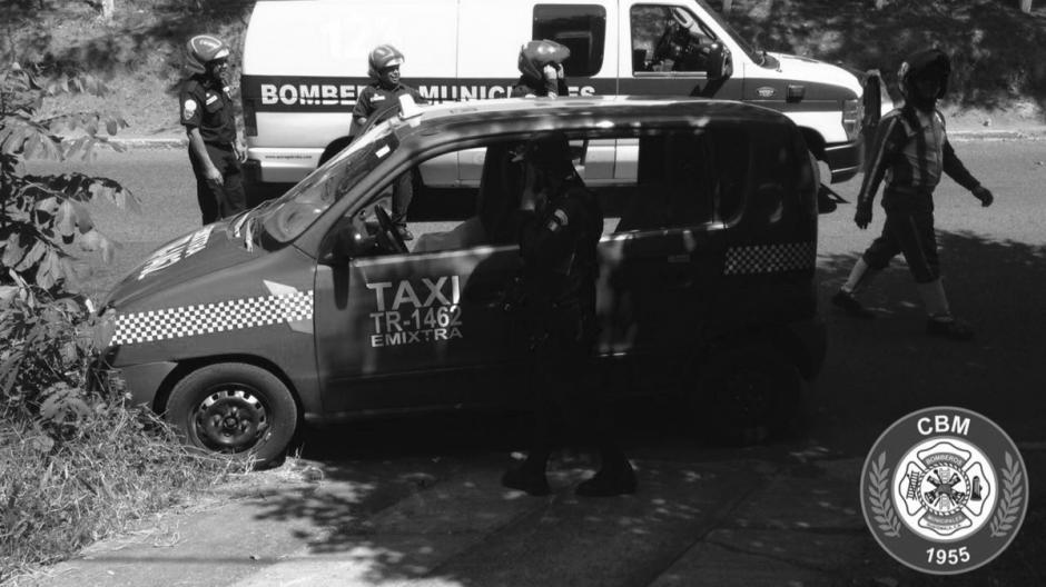 Un hombre de 40 años que conducía un taxi de color rojo murió en la zona 4 de Mixco. (Foto: @bomberosmuni)