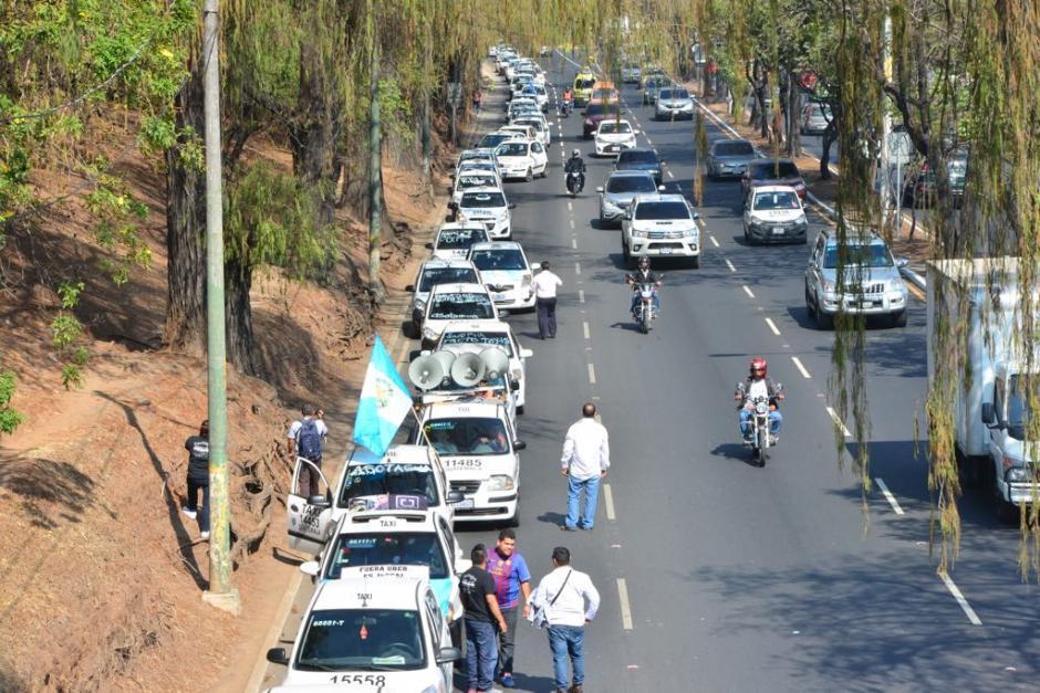 El grupo de taxistas se reunió en cercanías al Obelisco.  (Foto: Jesús Alfonso/Soy502)