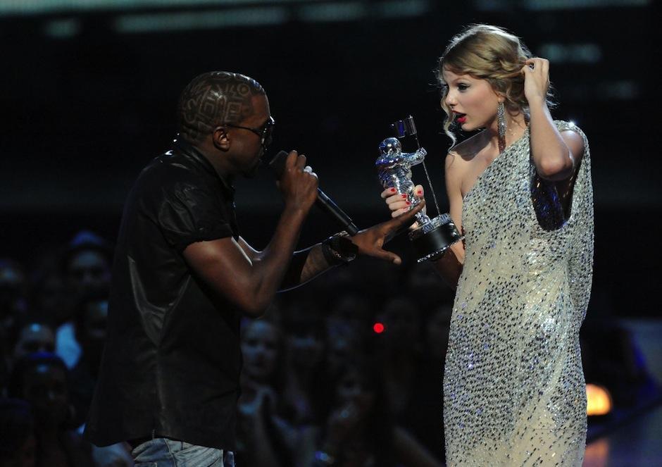 En 2009, Kanye irrumpió el escenario de los MTV Video Music Awards para decir que el galardón otorgado a Taylor Swift lo merecía Beyoncé. (Foto: Busines Insider)