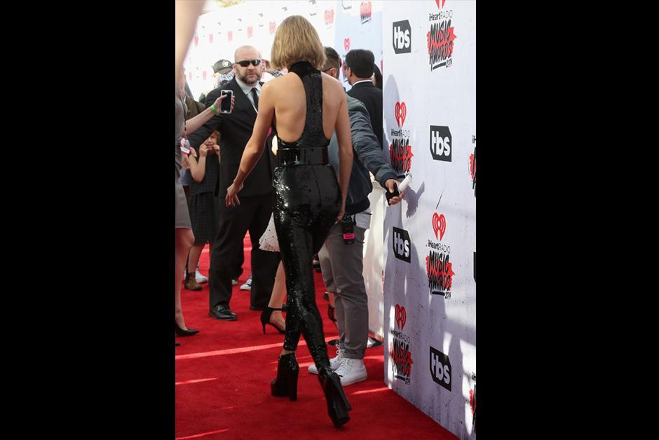 Taylor llegó a los premios con un traje completo de lentejuelas. (Foto: AFP)