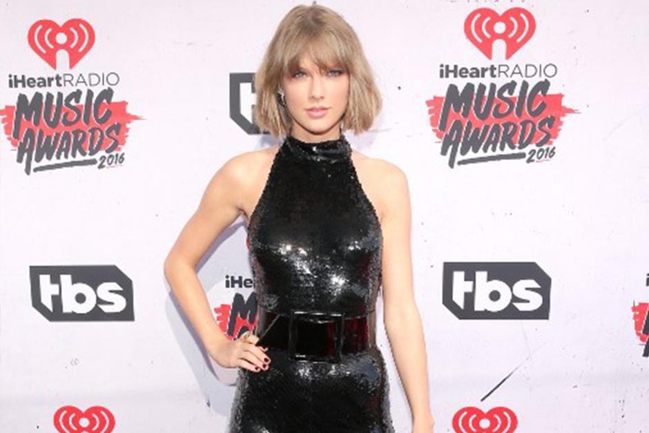 Taylor llegó a los iHeartRadio acompañada de su novio Calvin Harris. (Foto: AFP)