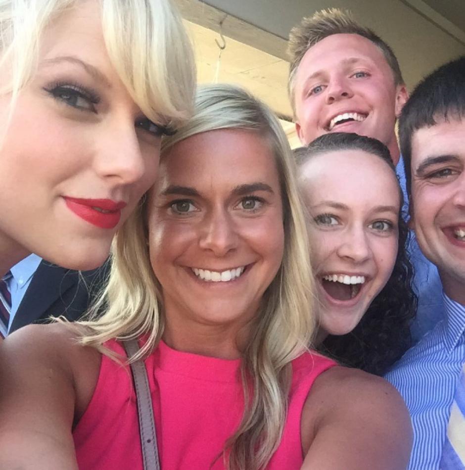"""Todos aprovecharon el momento para tomarse una """"selfie"""" con la artista. (Foto: Twitter/ @ya_boy_schmitt)"""