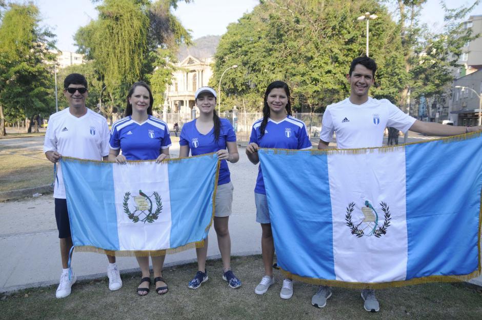 La familia de Charles Fernández está en Río de Janeiro para apoyar al pentatleta. (Foto: Aldo Martínez/Enviado de Nuestro Diario)