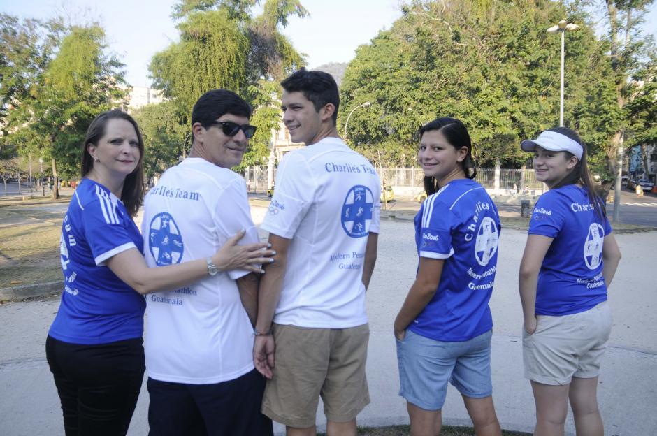 Identificados con camisas azul y blanco la familia de Charles lo llegará a ver a Deodoro, donde competirá. (Foto: Aldo Martínez/Enviado de Nuestro Diario)