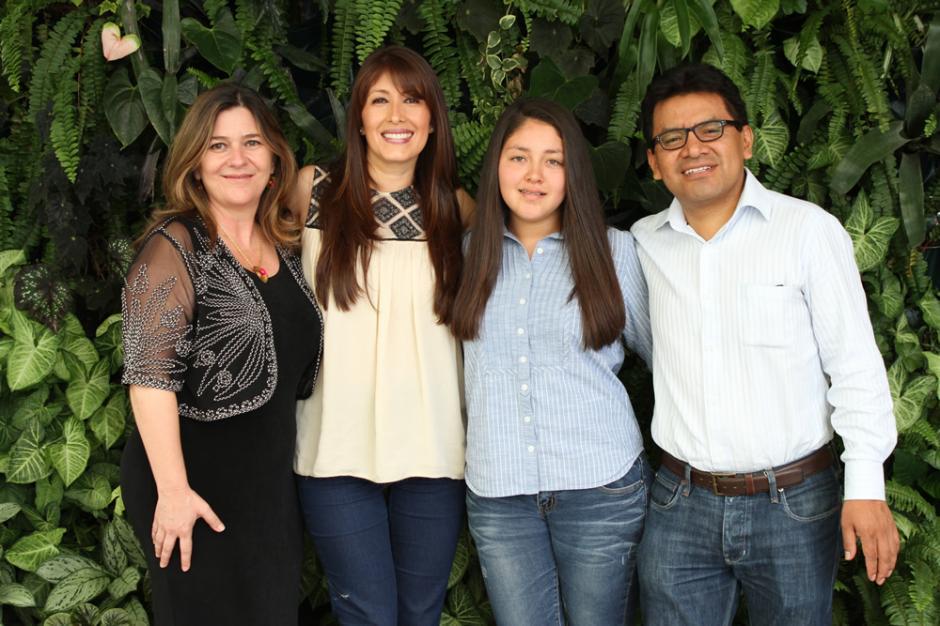 Tannia López, Ana Cóbar, Marco Antonio Saz y Mariandré Lainfiesta crearon el proyecto Conecta-Tec, para motivar a los maestros a buscar la capacitación constante por su propia cuenta. (Foto: UVG)
