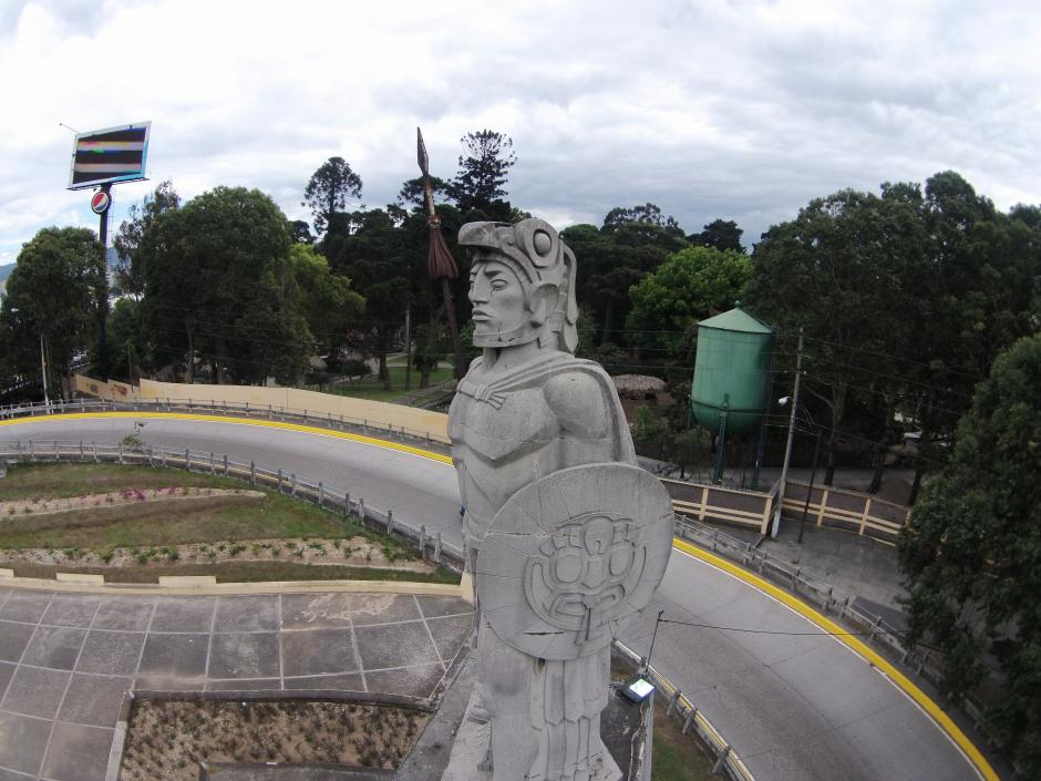 Profundas grietas se ven en el escudo de la escultura de Tecún Umán. (Foto: Nuestro Diario/Deccio Serrano)