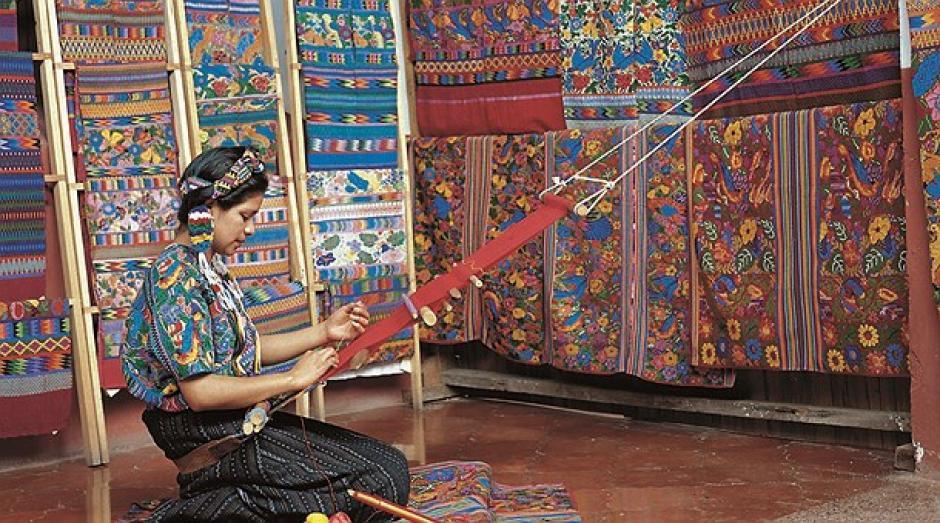 Mujeres de todas las edades se dedican a la producción de telas típicas. (Foto: Pinterest)