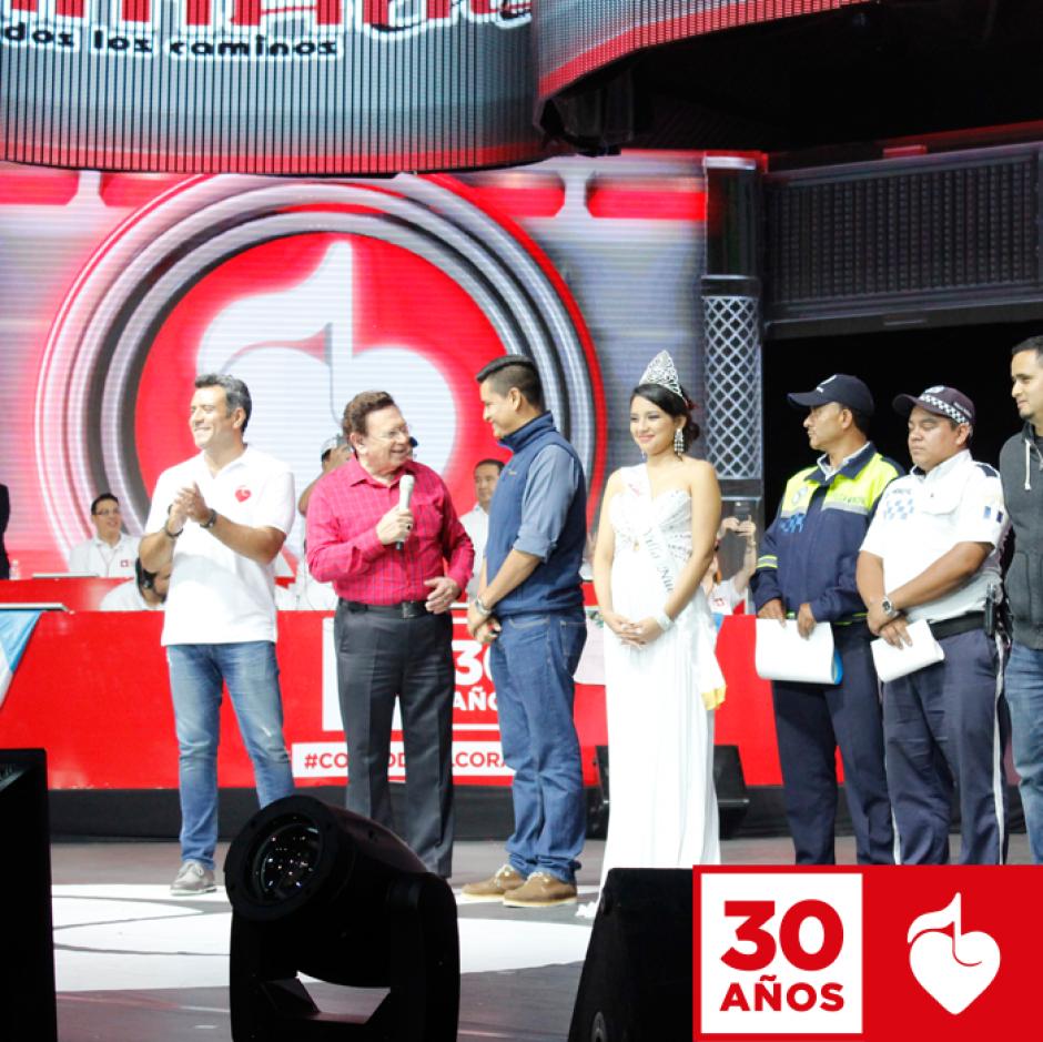 El presentador guatemalteco Carlos de Triana condujo el evento junto a Héctor Sandarti. (Foto: Facebook/Teletón)