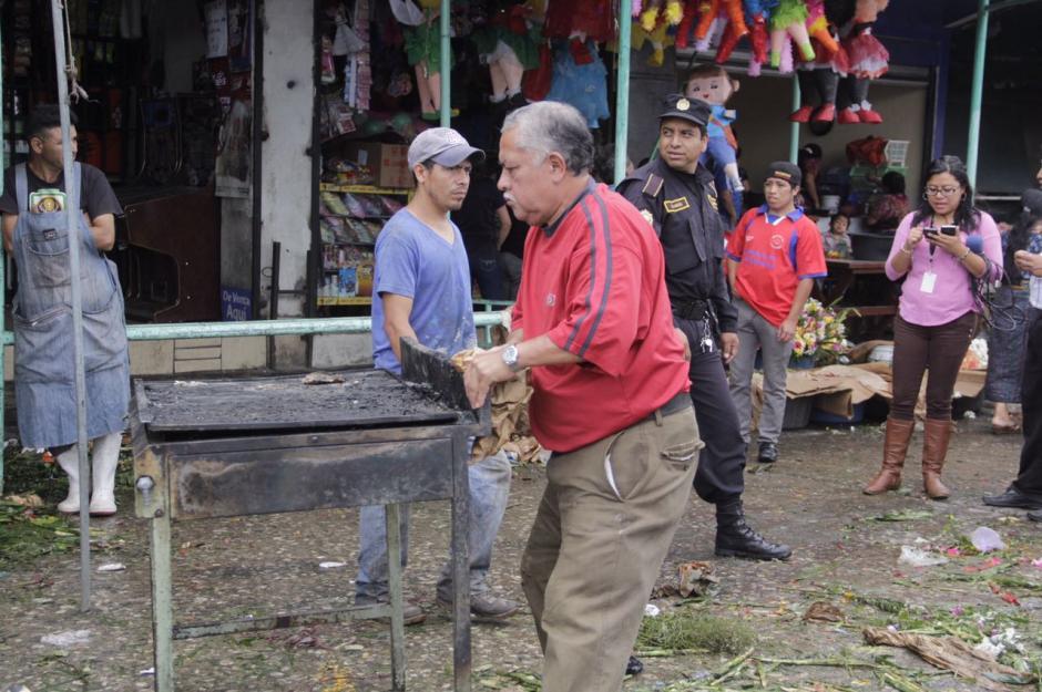 Los inquilinos intentan rescatar sus pertenencias. (Foto: Fredy Hernández/Soy502)
