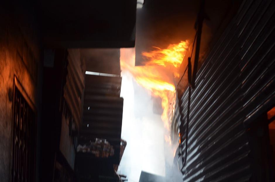 La labor de los rescatistas fue incasable hasta apagar las llamas. (Foto: Bomberos Voluntarios)