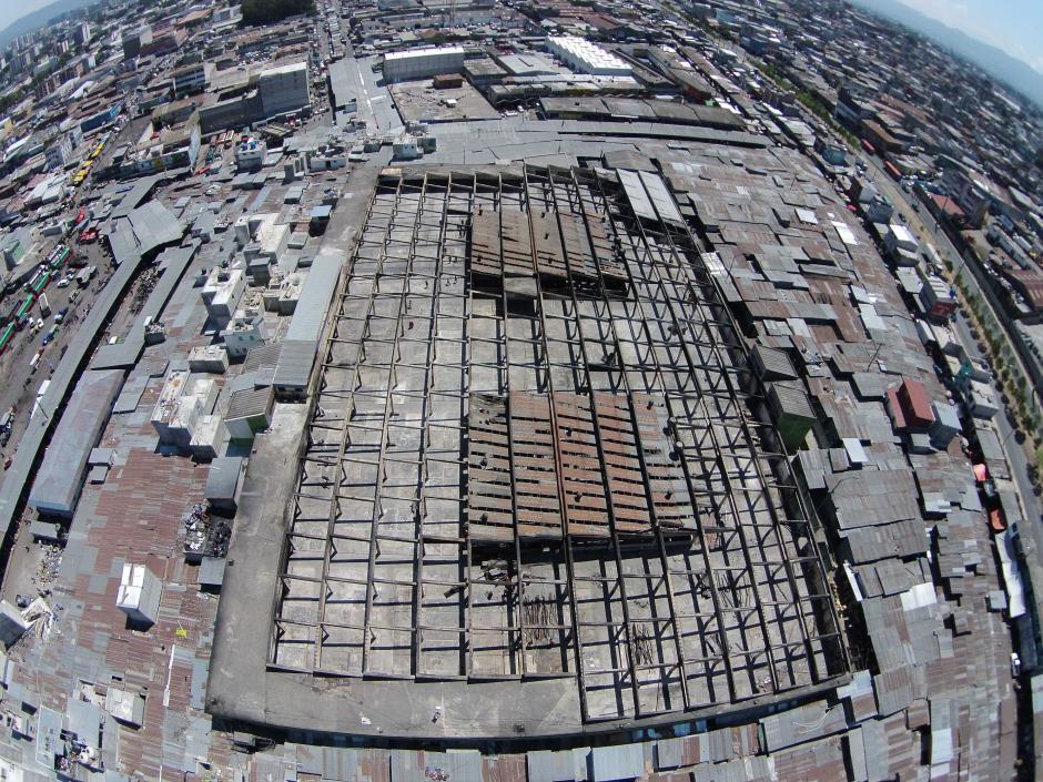 Así luce la parte superior del mercado, luego que el techo fue retirado por las cuadrillas del Ejército. (Foto: Deccio Serrano/Nuestro Diario)