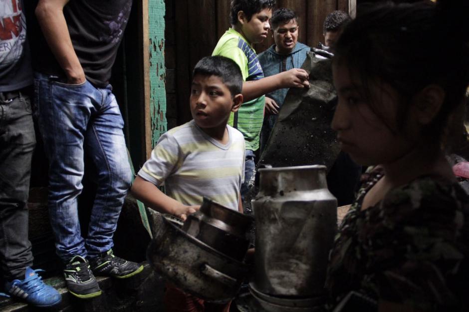 El fuego alcanzó varios locales que se encontraban con llave. (Foto: Fredy Hernández/Soy502)