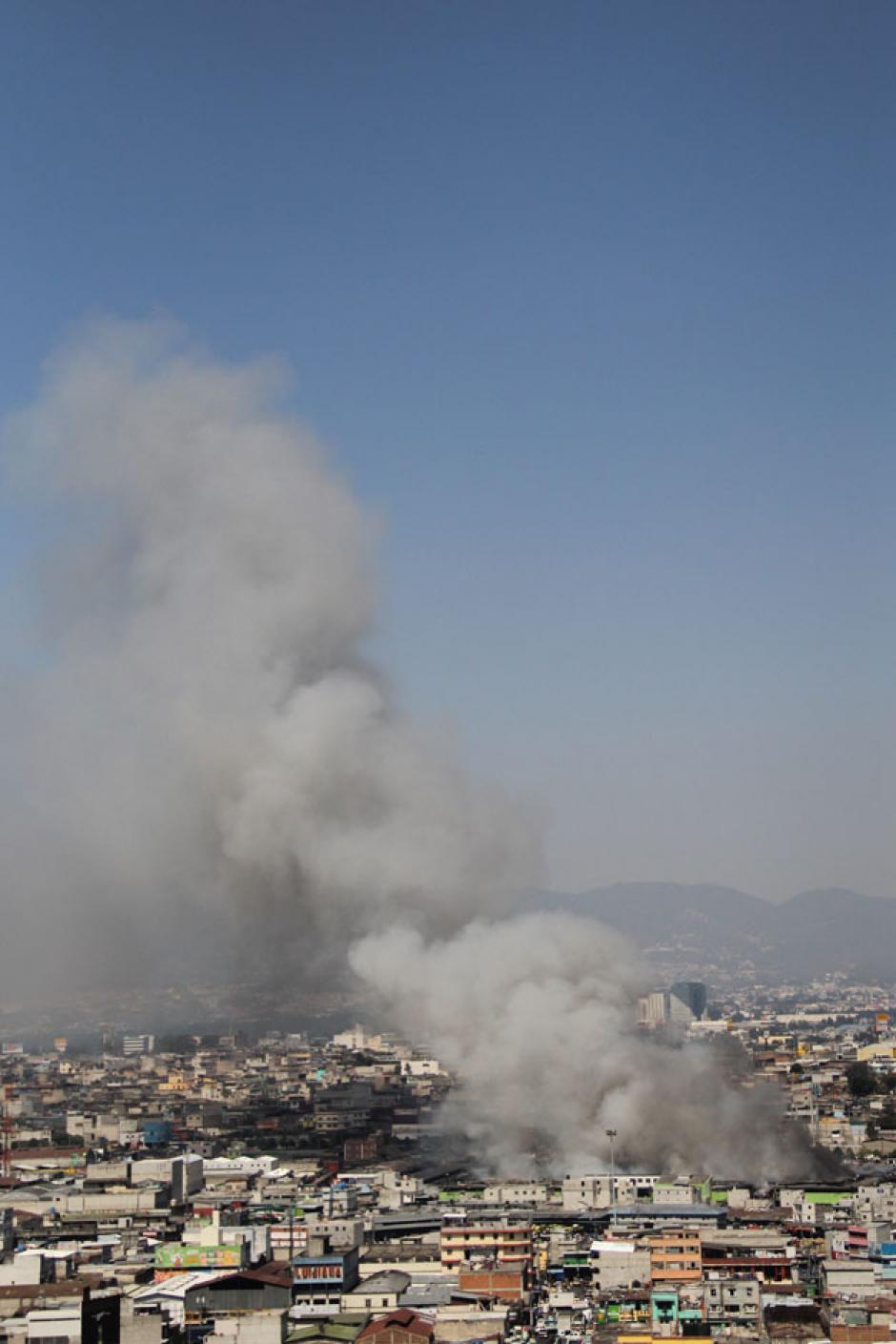 Incendio de La Terminal, visto desde otropunto de la ciudad. (Foto: Alexis Batres/Soy502)