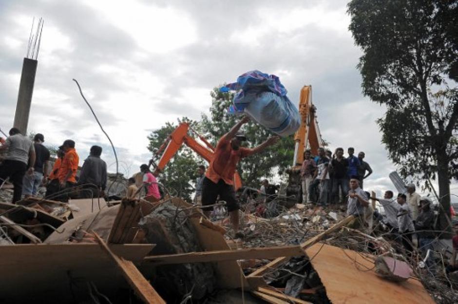 Se cree que cientos de personas yacen bajo los escombros. (Foto: AFP)