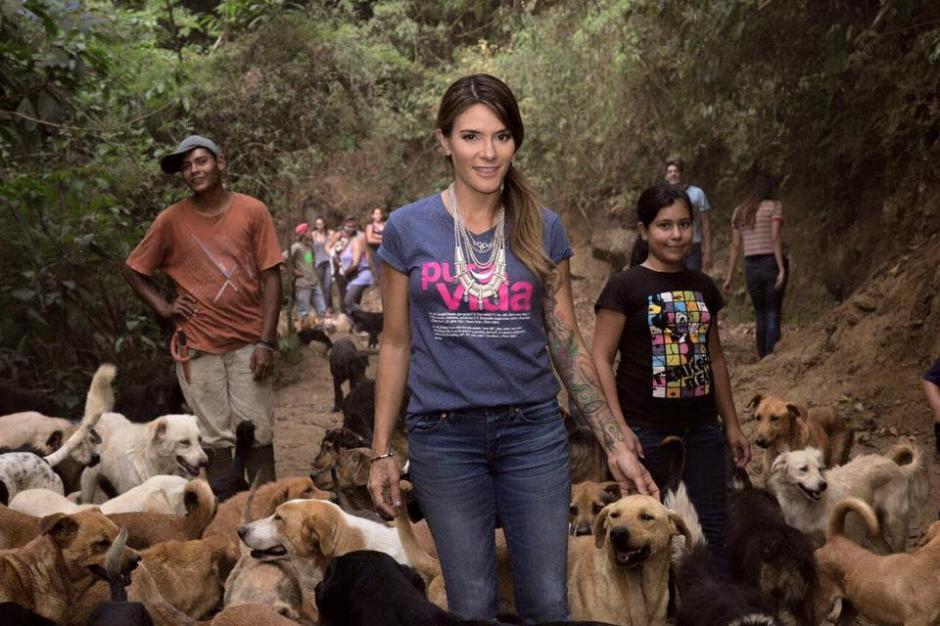 "Kany visitó el albergue ""Territorio de Zaguates"" durante su visita a Costa Rica. (Foto: Territorio de Zaguates oficial)"