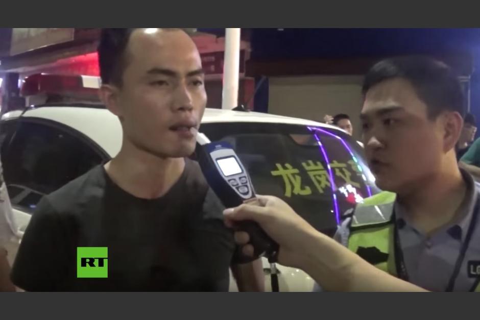 El hombre intenta engañar a la policía. (Captura de pantalla: RT en Español /YouTube)