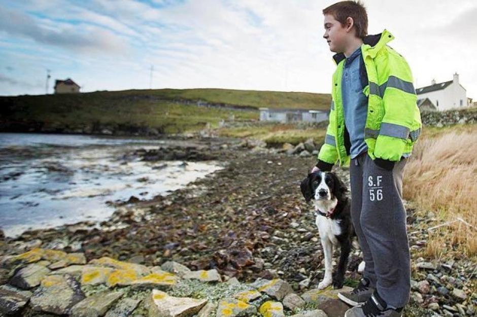 Aron Anderson es conocido por ser el niño más solitario del mundo que vive en una isla escocesa. (Foto: The Times)