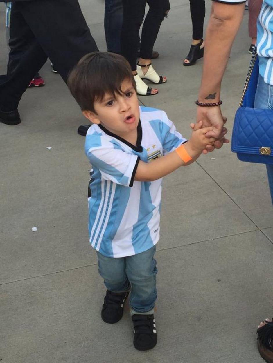 Thiago con la camiseta de la Selección Argentina de Fútbol donde su padre es titular indiscutible. (Foto: infobae.com)