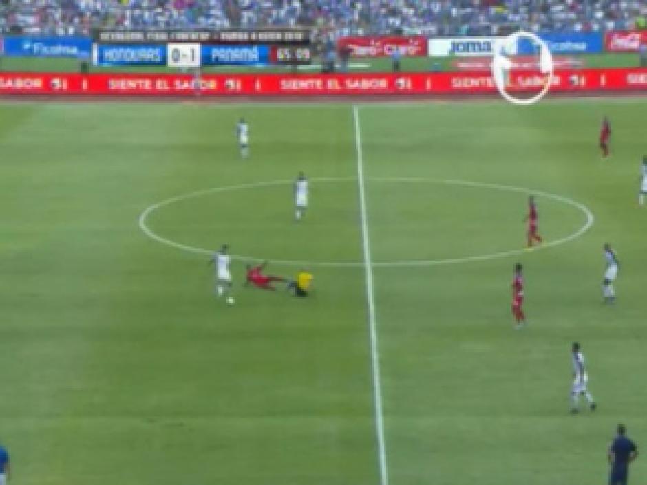 Este fue el momento en el que un jugador panameño atropella al árbitro Yadiel Martínez. (Foto: Captura de video)