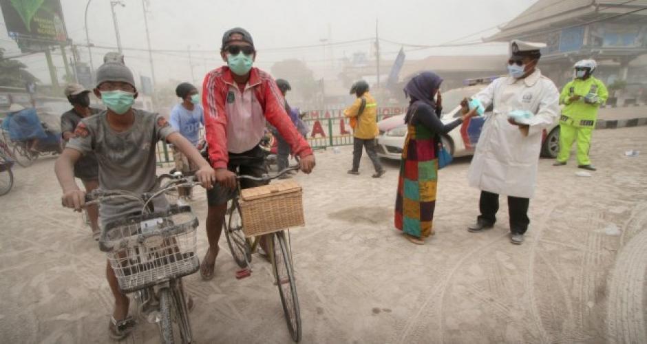 Recorren la ciudad afectada por la ceniza. Foto: JakartaGlobe
