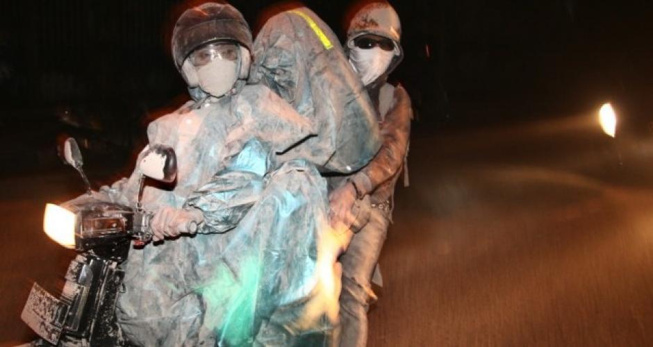 Ayudan en la evacuación en la isla afectada por la erupción. Foto: JakartaGlobe