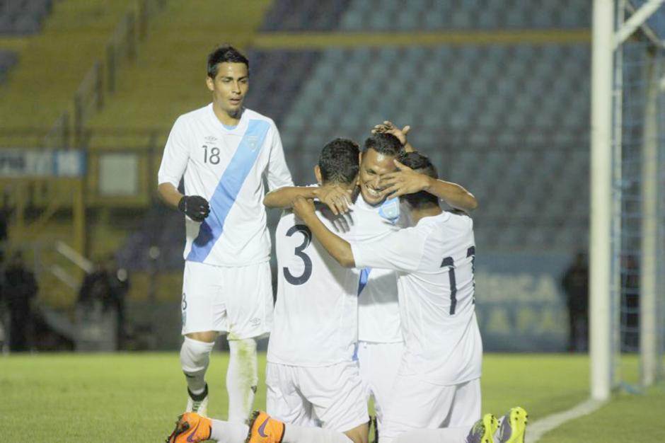 Gerson Tinoco es felicitado por sus compañeros, tras el gol de Guatemala. (Foto: Luis Barrios/Soy502)