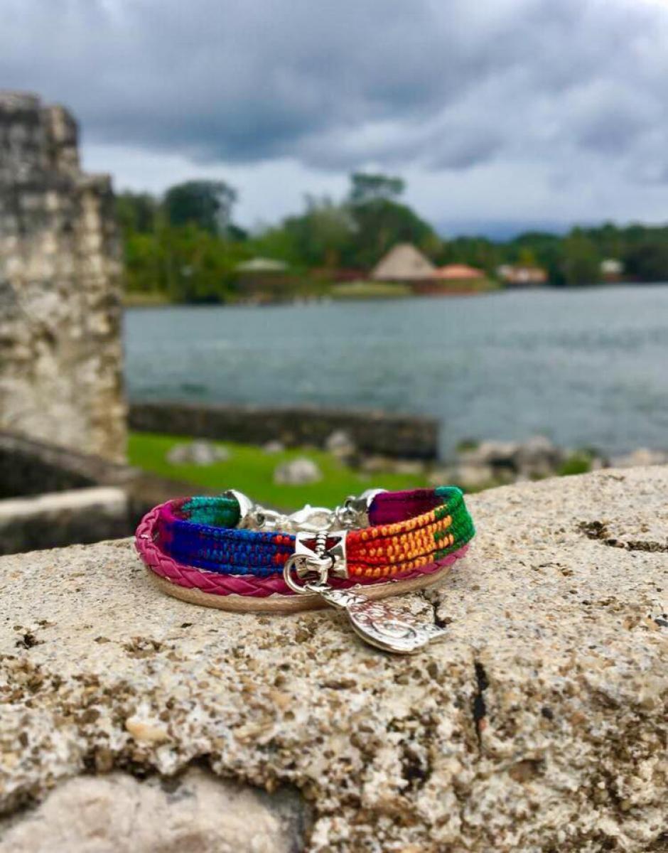 Cada pulsera ayuda a llevar educación a artesanos guatemaltecos. (Foto: Tionne)