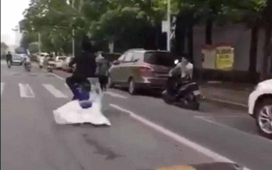 Cuando la motocicleta pasa por un túmulo no controla la velocidad del vehículo. (Captura de pantalla: People's Daily, China/Facebook)
