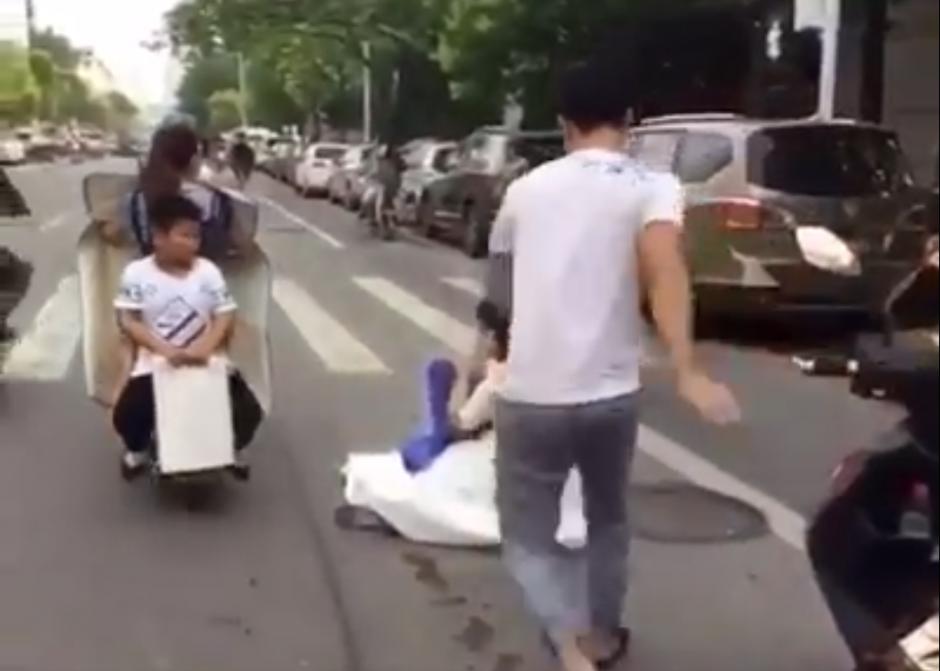el novio sigue su camino sin darse cuenta de lo ocurrido. (Captura de pantalla: People's Daily, China/Facebook)