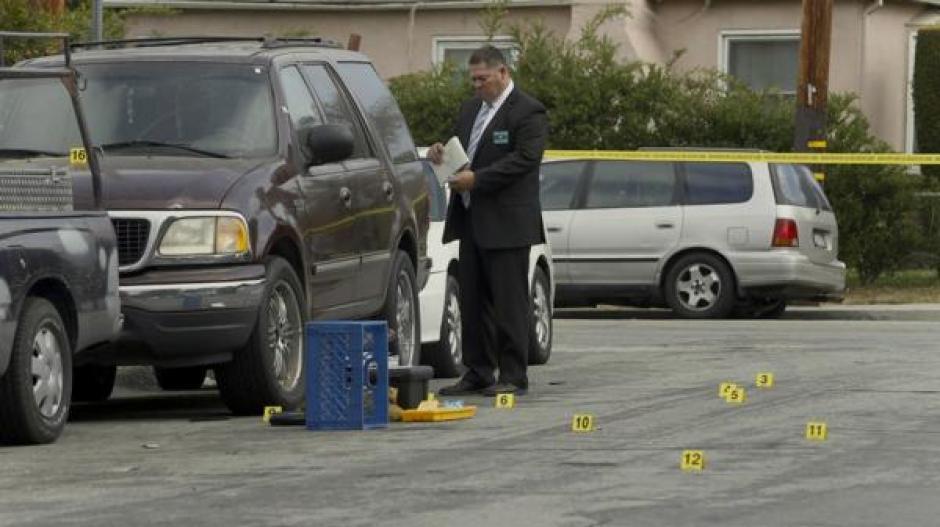Las fuerzas de seguridad recaban evidencias en el lugar de los hechos. (Foto: Infobae)