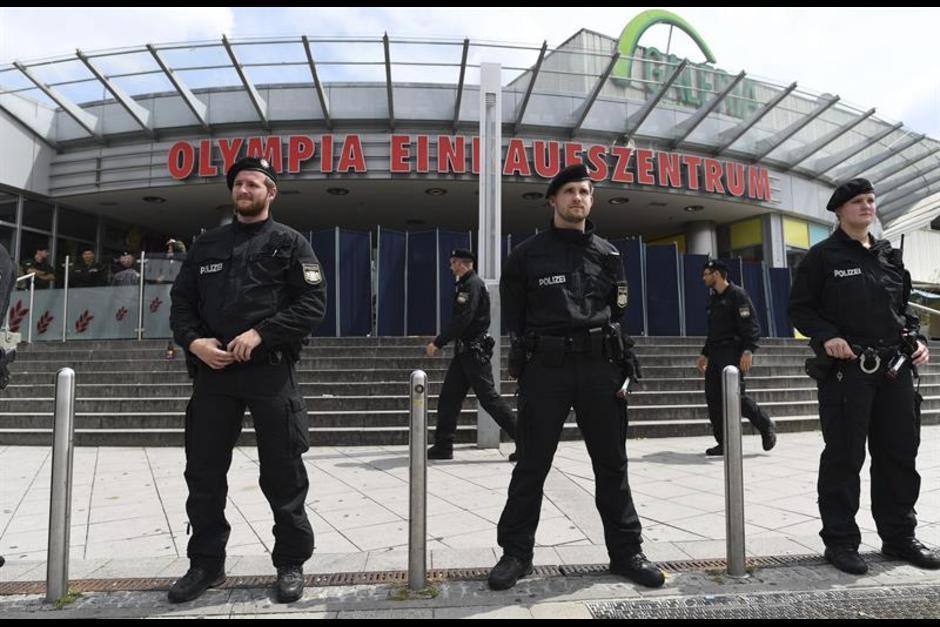 La policía tiene resguardada el área del centro comercia Olympia, donde ocurrió el ataque el viernes. (Foto: EFE)
