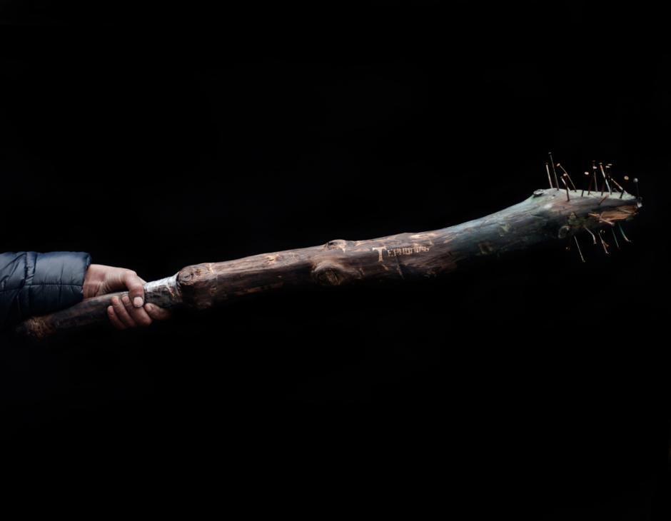 """Un garrote con clavos martillados en la punta. La inscripción dice """"Ternopil"""", que es una ciudad en el oeste de Ucrania. De acuerdo con el propietario, el mango está envuelto en cinta porque se rompió durante los enfrentamientos con la Berkut. (Foto: Wired/Tom Jamieson)"""