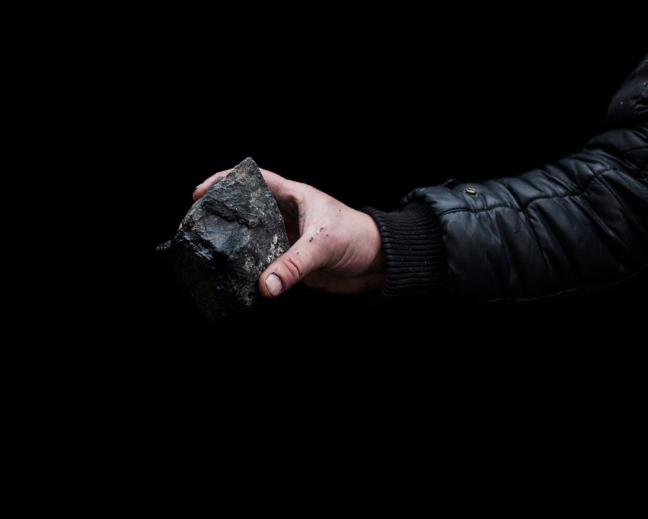 Otra arma común era simples piedras, lanzadas con dispositivos o con la mano a las fuerzas del gobierno y almacenados en lugares estratégicos a lo largo de la zona de conflicto. Por lo general eran astillas directamente de las aceras y calles. (Foto: Wired/Tom Jamieson)