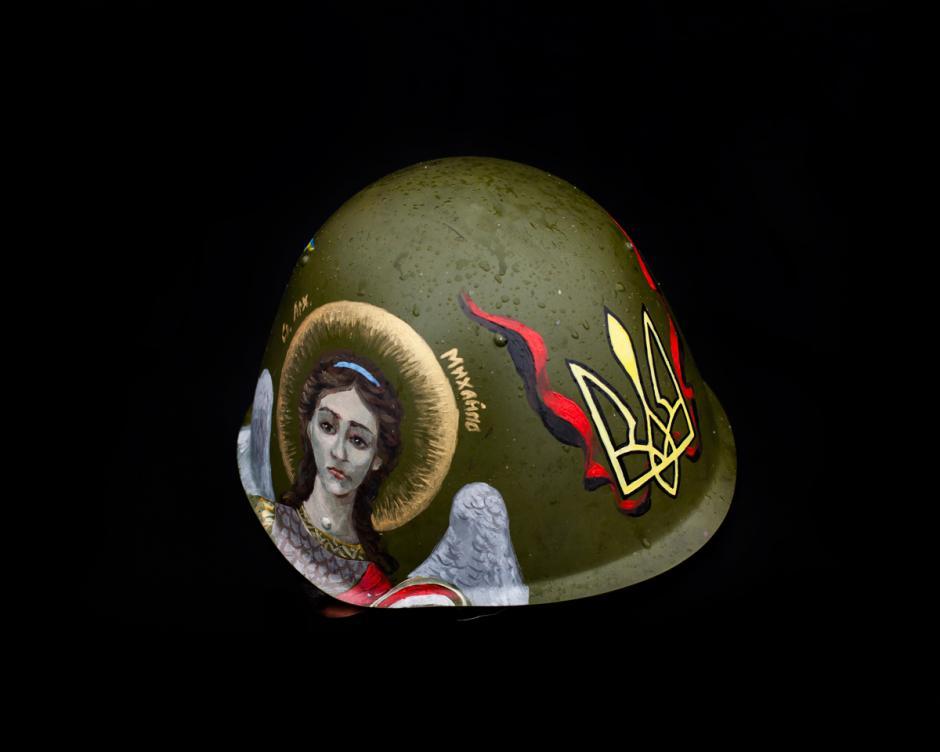 Casco of this manifestante sí pinta estafa Una imagen de San Miguel, al Lado de la cresta de Ucrania. Foto: Wired/Tom Jamieson)