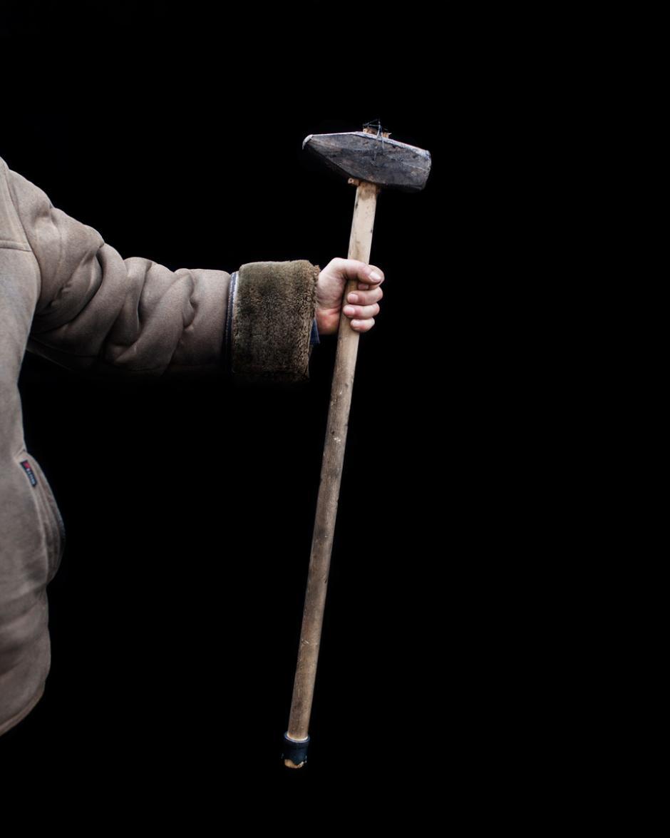 El fotográfo se encontró con que el tamaño y la forma del arma era una cuestión de orgullo para los manifestantes por lo que todos le presentaban su herramienta de guerra. (Foto: Wired/Tom Jamieson)