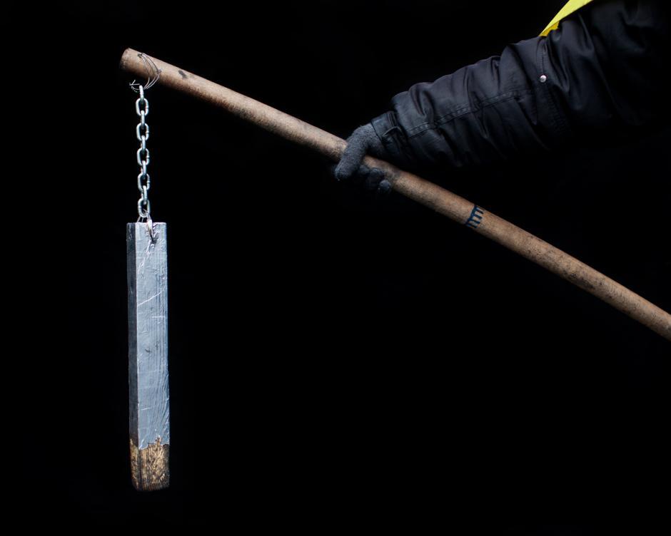 """Estas armas lucen como herramientas medievales en comparación con las que utilizan las fuerzas de seguridad modernas. """"Son, literalmente, palos y piedras"""", dice Jamieson (Foto: Wired/Tom Jamieson)"""