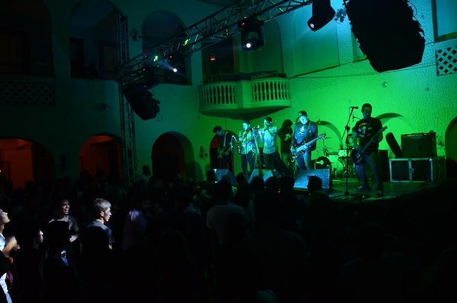 """El público """"moshó"""" junto a los Tomatos toda la noche. (Foto: Selene Mejía/Soy502)"""