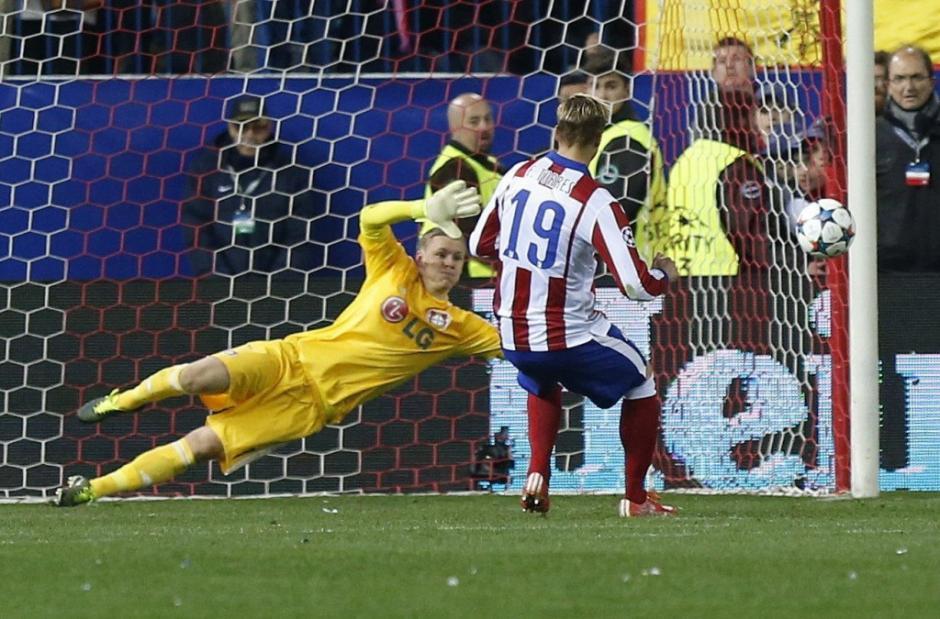 Oblak detuvo un penal de Müller y se convirtió en uno de los héroes del juego. (Foto: AFP)