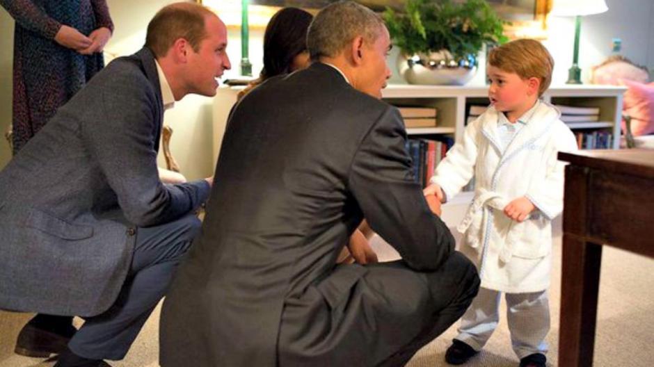 La imagen del príncipe Jorge en bata, dio la vuelta al mundo.  (Foto: EFE)