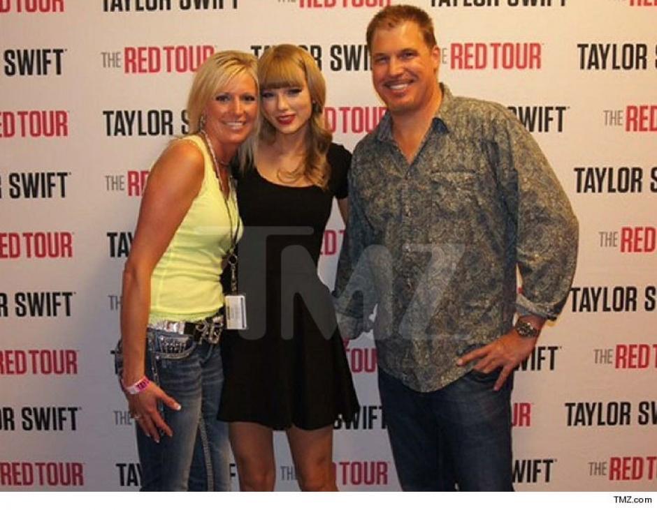 En esta imagen se evidencia cómo el locutor Muller tiene la mano en la parte trasera de Taylor Swift. (Foto: TMZ)