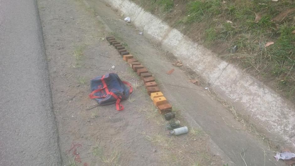 Según el vocero de la PNC, los explosivos podrían haberse abandonado a propósito para que alguien más lo recogiera, pero los agentes los encontraron primero. (Foto: PNC)