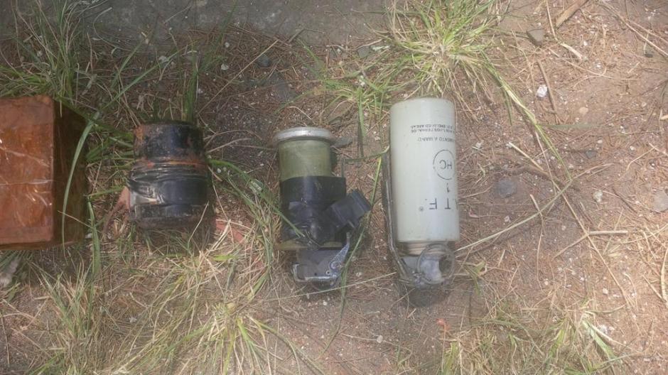 Dos granadas de fragmentación y una bomba de humo fueron encontradas en el cargamento de explosivos. (Foto: PNC)