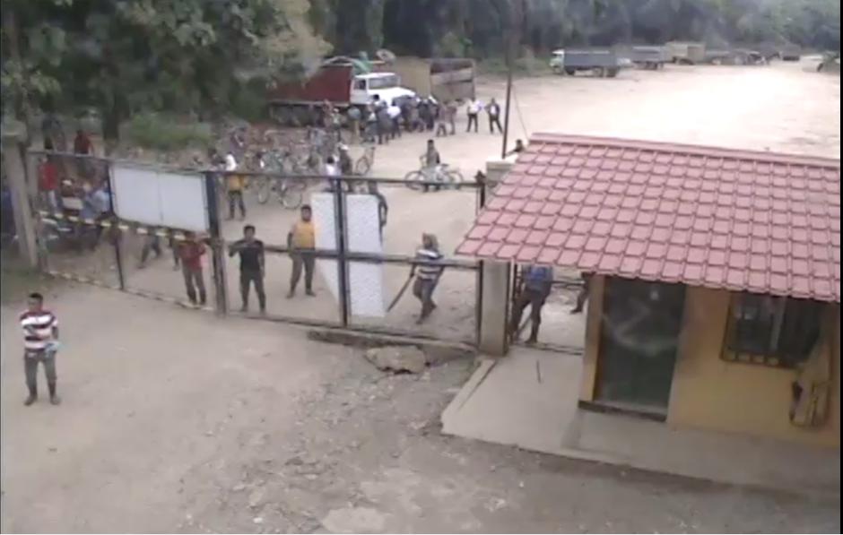 La turba amenazó a los empleados y posteriormente los secuestró. (Foto: Captura de YouTube)