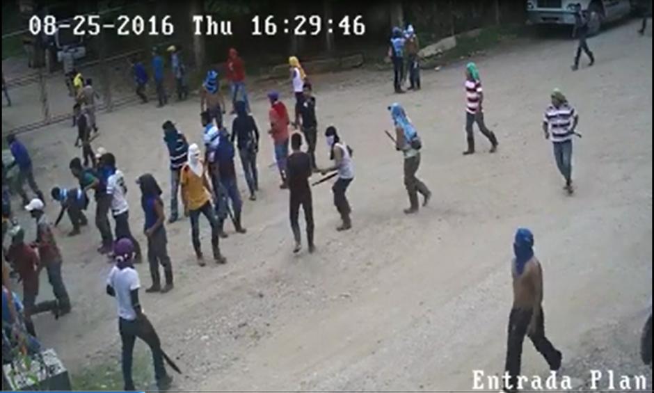 Un grupo de  al menos 250 personas tomó las instalaciones de la empresa NaturAceites. (Foto: Captura de YouTube)
