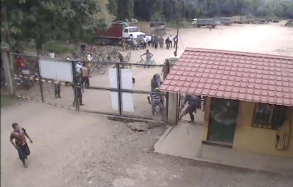 Las instalaciones han sido dañadas y saqueadas, según informaron los personeros de la empresa. (Foto: Captura de YouTube)