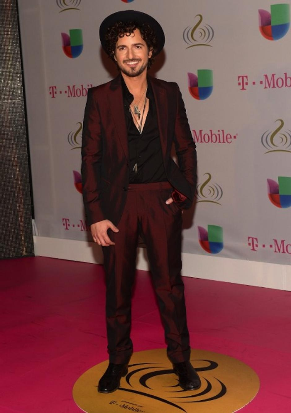 Tommy Torres agregó un sombrero a su imagen, además fue uno de los cantautores que se animó a usar un traje colorido. (Foto: AFP)