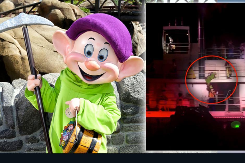 Un video publicado en redes sociales muestra el momento en el que Tontín cae encima de Goofy. (Foto: Orlando Informer)