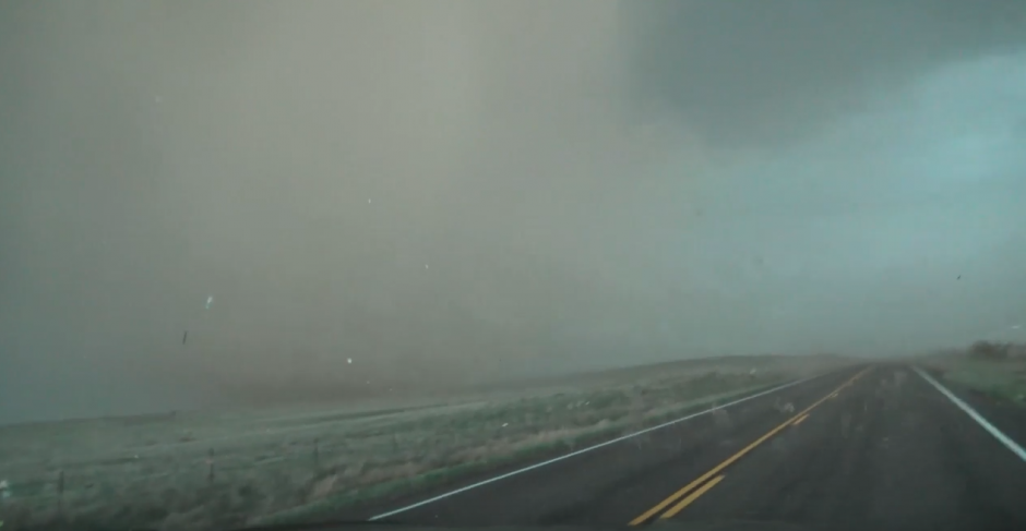 Un aficionado grabó el paso de un tornado. (Captura de pantalla: YouTube/AccuWeather)