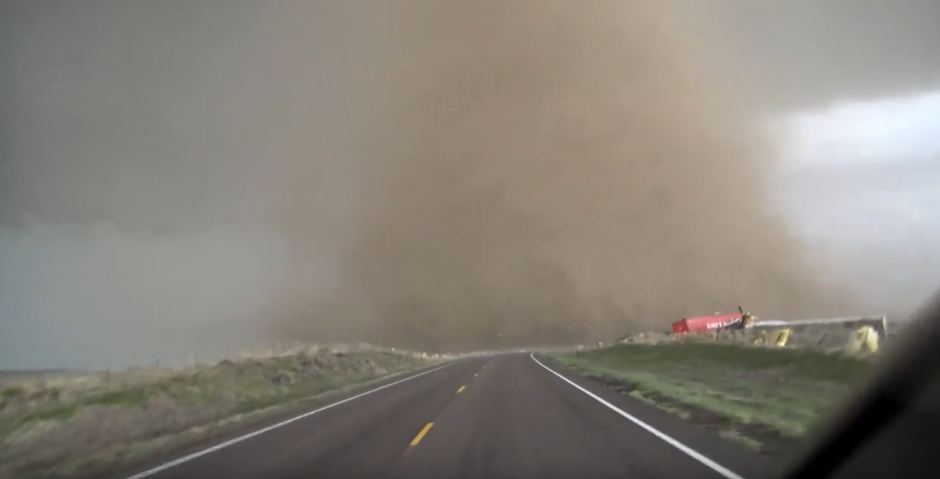 El tornado afectó varias casas rodantes. (Captura de pantalla: YouTube/AccuWeather)