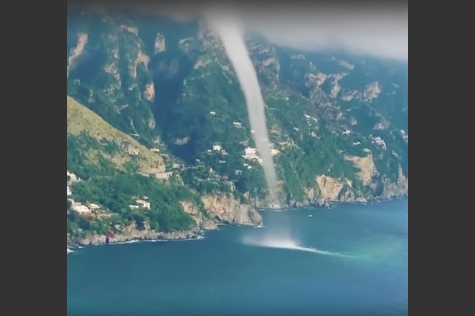 La formación del tornado fue captada por varios turistas que visitaban el lugar. (Imagen: captura de YouTube)